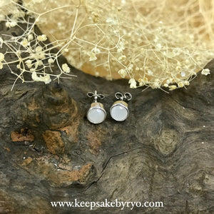 SOLITAIRE GOLD: BREASTMILK BEZEL EAR STUDS