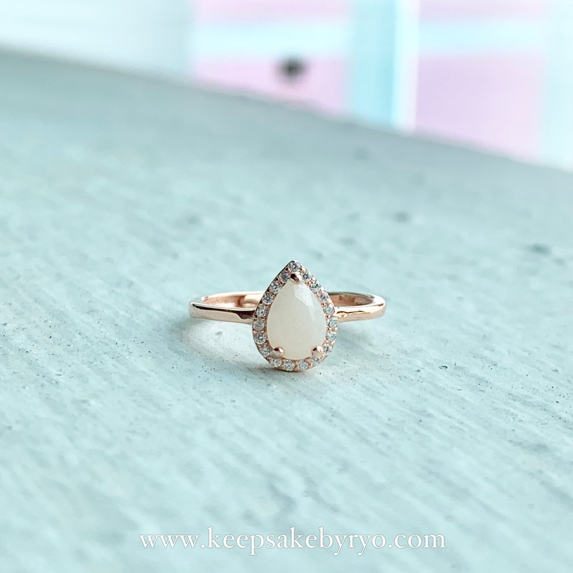 SOLITAIRE 18K: ARYA TEARDROP BREASTMILK RING