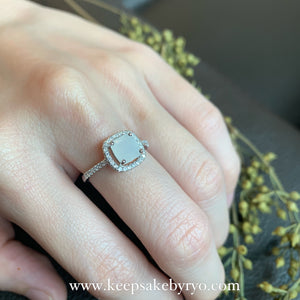 SOLITAIRE 18K GOLD: YARA RING WITH CUSHION BREASTMILK SOLITAIRE