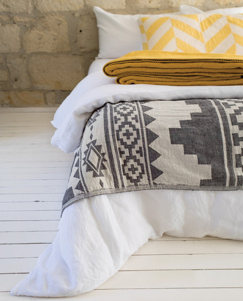 Throw with Aztec print, made in Turkey