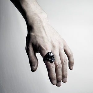 BLACK TRIANGULUM RING