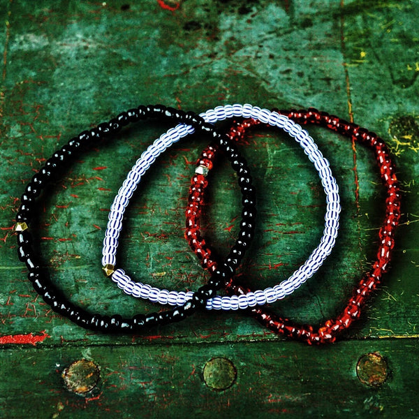 "Craft & Tailored  ""Mojo Beads"" Stretch Bracelet (Rouge, Noir, Bleu Ciel)"