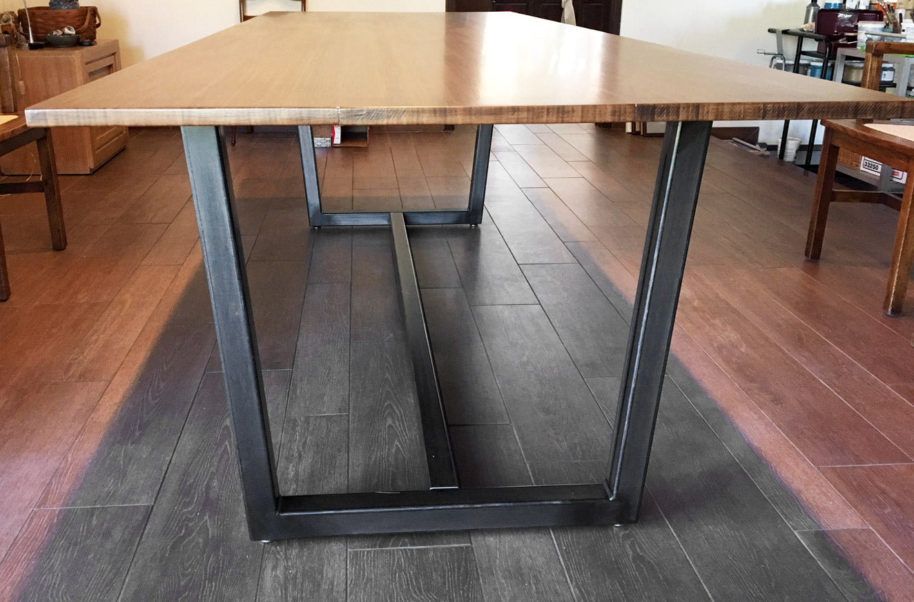 'Industrial Dark' finish on 'Villa' metal table base