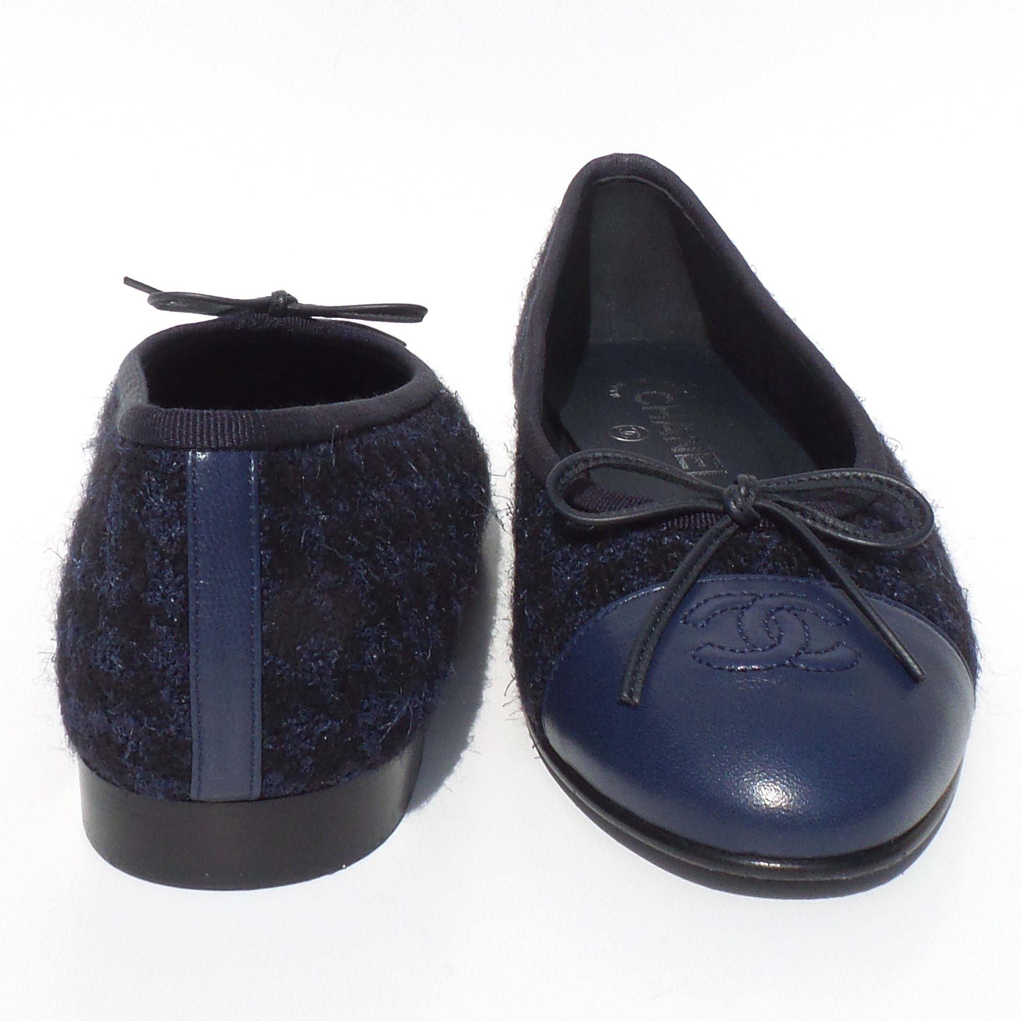 CHANEL Navy Blue Black Houndstooth Tweed CC Leather Cap Toe Ballet Flats 37.5 GC