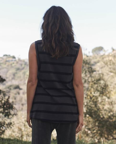 The Great - The Sleeveless Crew Charcoal Stripe