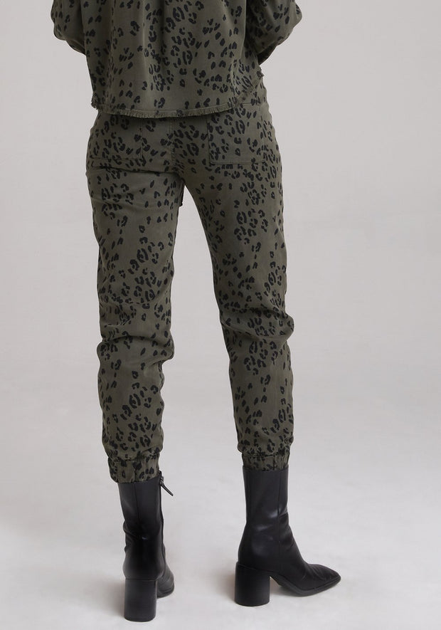 BELLA DAHL - Pocket Jogger in Olive Leopard
