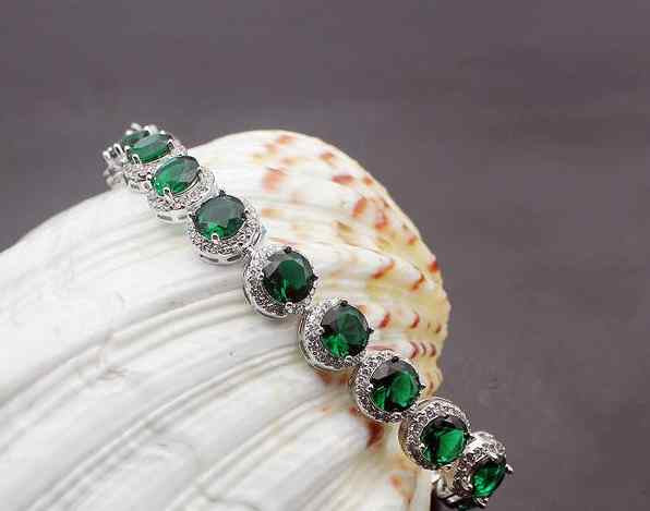 A sterling silver emerald-green bracelet, so fashionable.