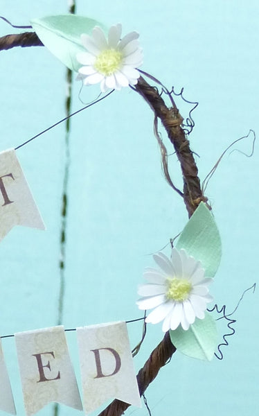Paper daisy cake topper
