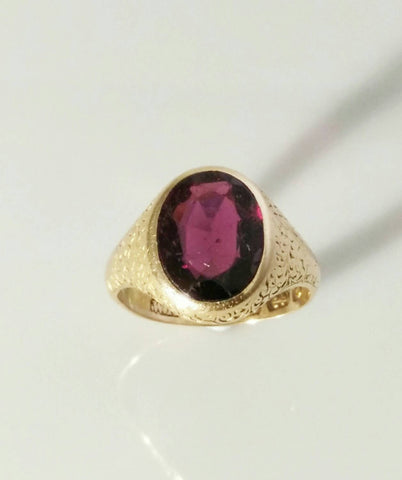 Victorian 15ct Gold Amethyst Ring with detailed shoulders