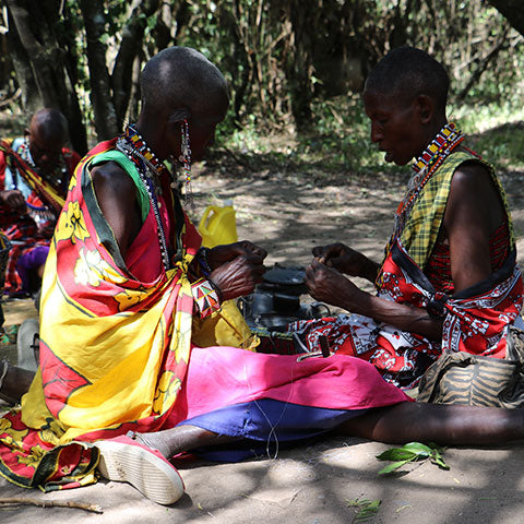 Maasai women at work for our handmade African style jewelry, in cooperation with our Faitrade online shop.