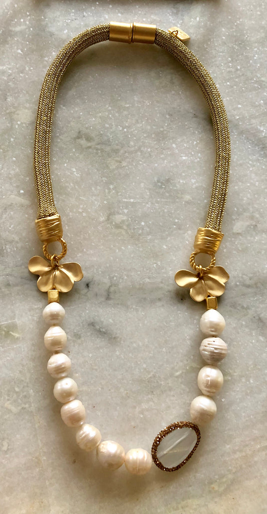 Pearl necklace with Cat's Eye stone