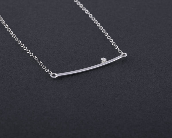 Curved bar necklace with zircon