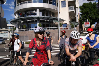 Pyrmont_bridge_cyclists