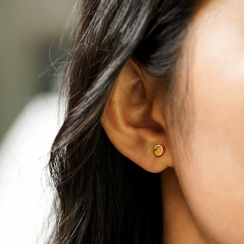 ESSENTIAL TINY ROUND EARRINGS