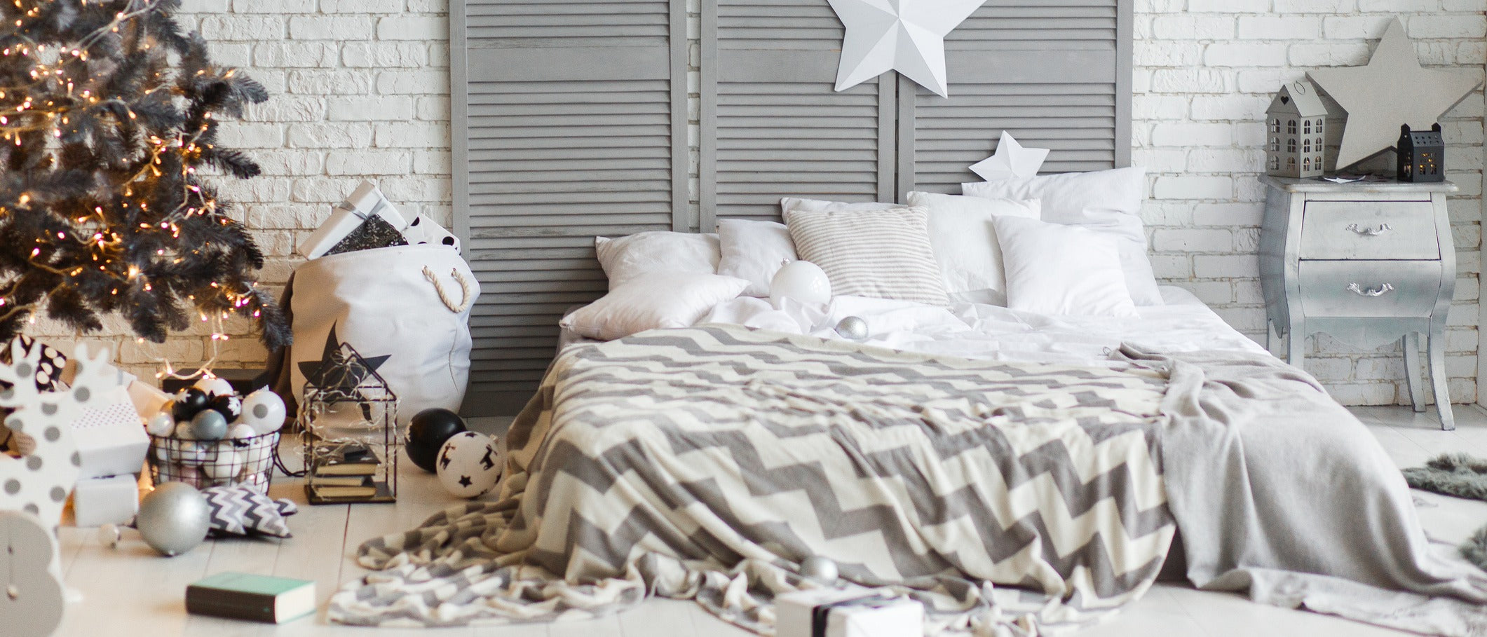 How To Decorate Your Bedroom For The Holidays                  class=