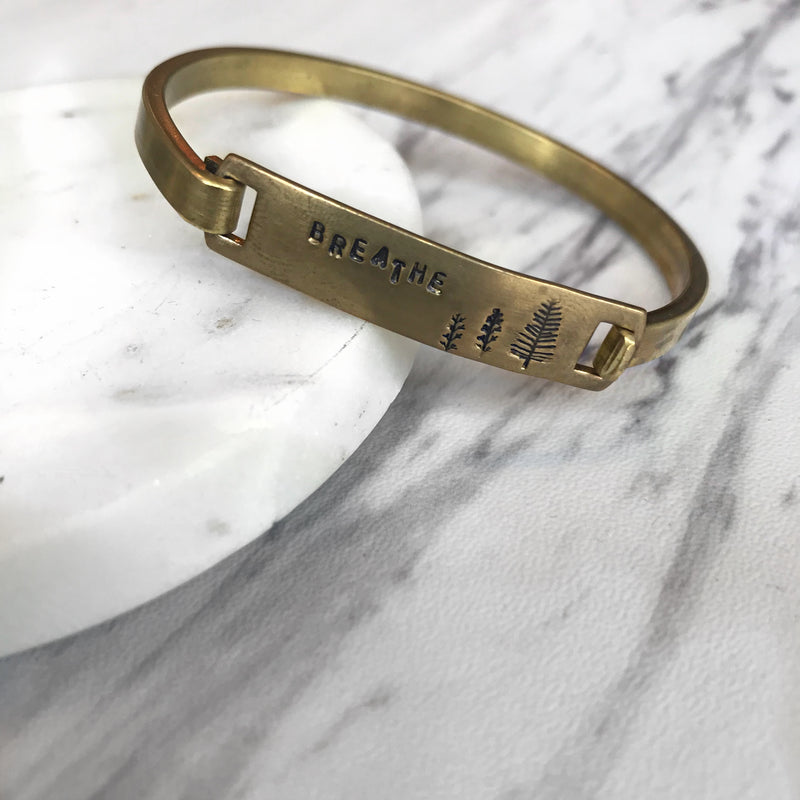 breathe // brass bracelet - Shop trendy womenswear styles on www.downerss.com