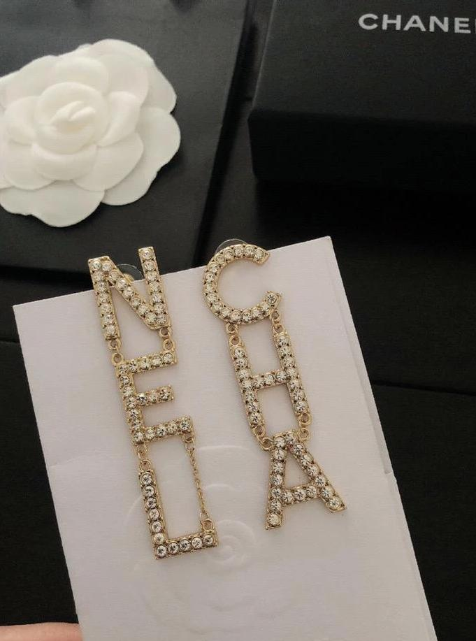 Brinco Chanel Gold 19s Runway Letter Logo - Loja Must Have