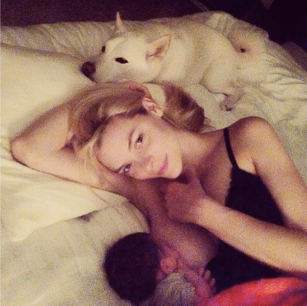 jaime-king-celebrity-breastfeeding-nursing-photos