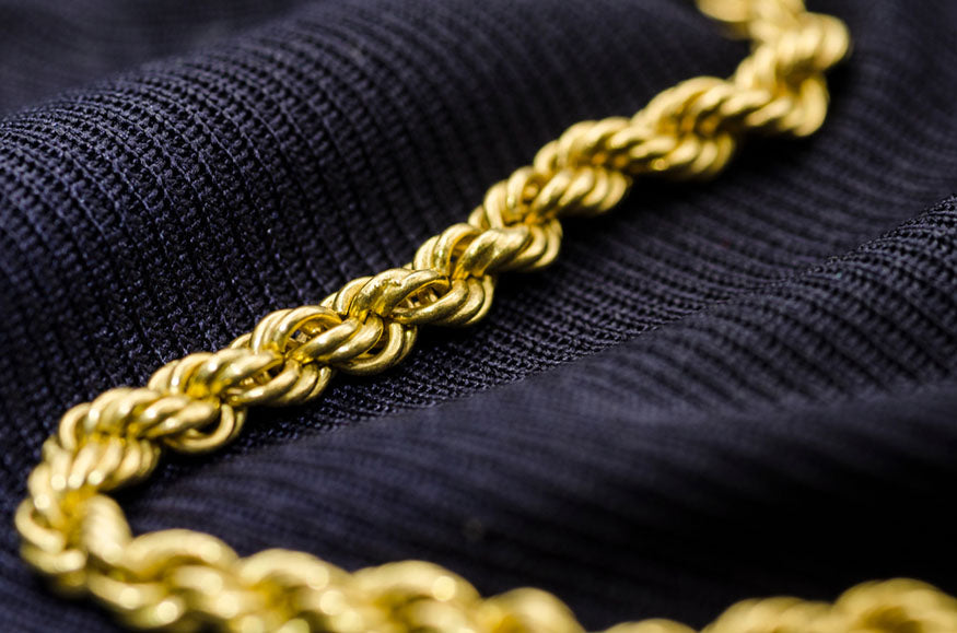A gold chain neclace