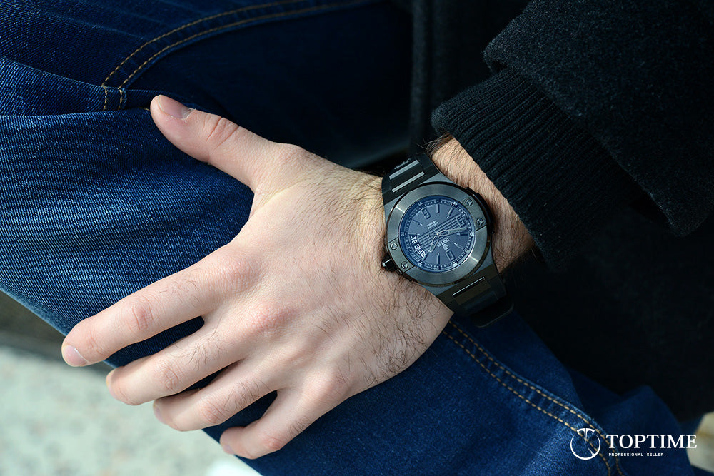 Dwiss Emme - all black - watch on the wrist