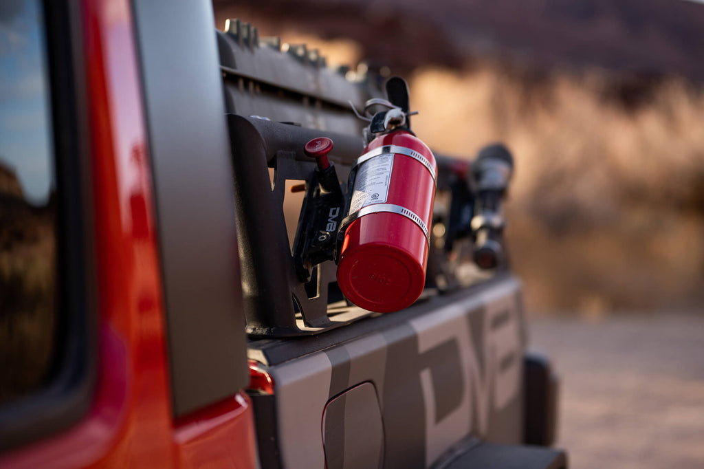 Mounted off-road fire extinquisher