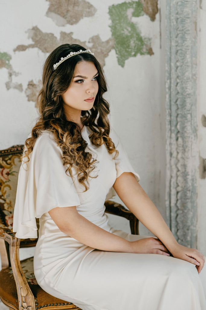 bride with loose hair and pearl tiara