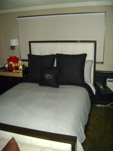 WHITE DUVET COVER WITH BLACK THROW PILLOWS