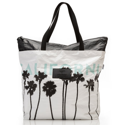 Umbrella Stripe Zipper Tote in Pool