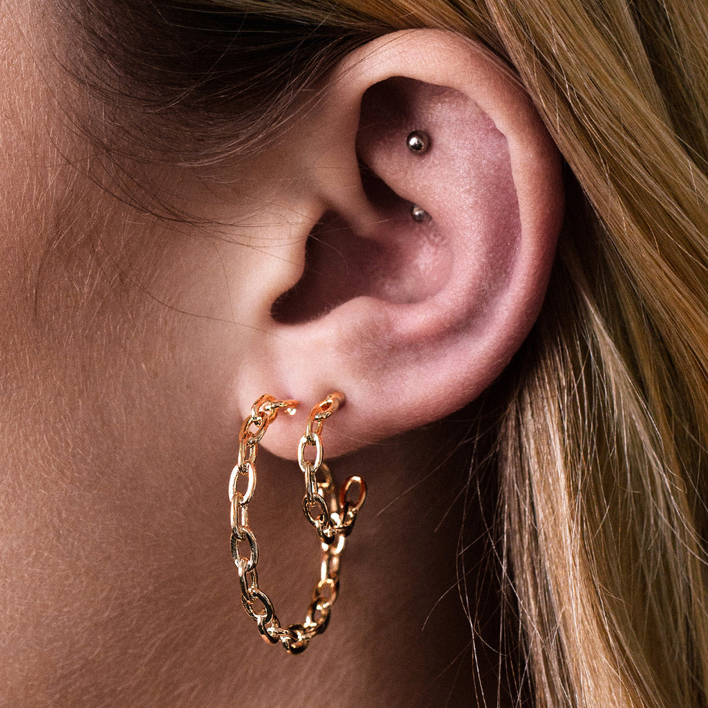 Stay Chain Link Hopp Earrings on model - rose gold