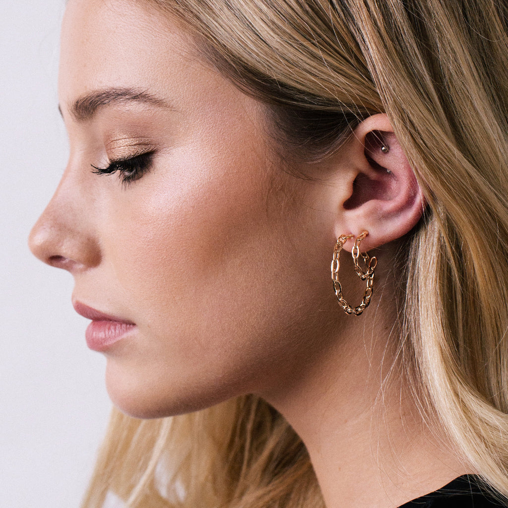 Stay Chain Link Hopp Earrings on model 3 - rose gold