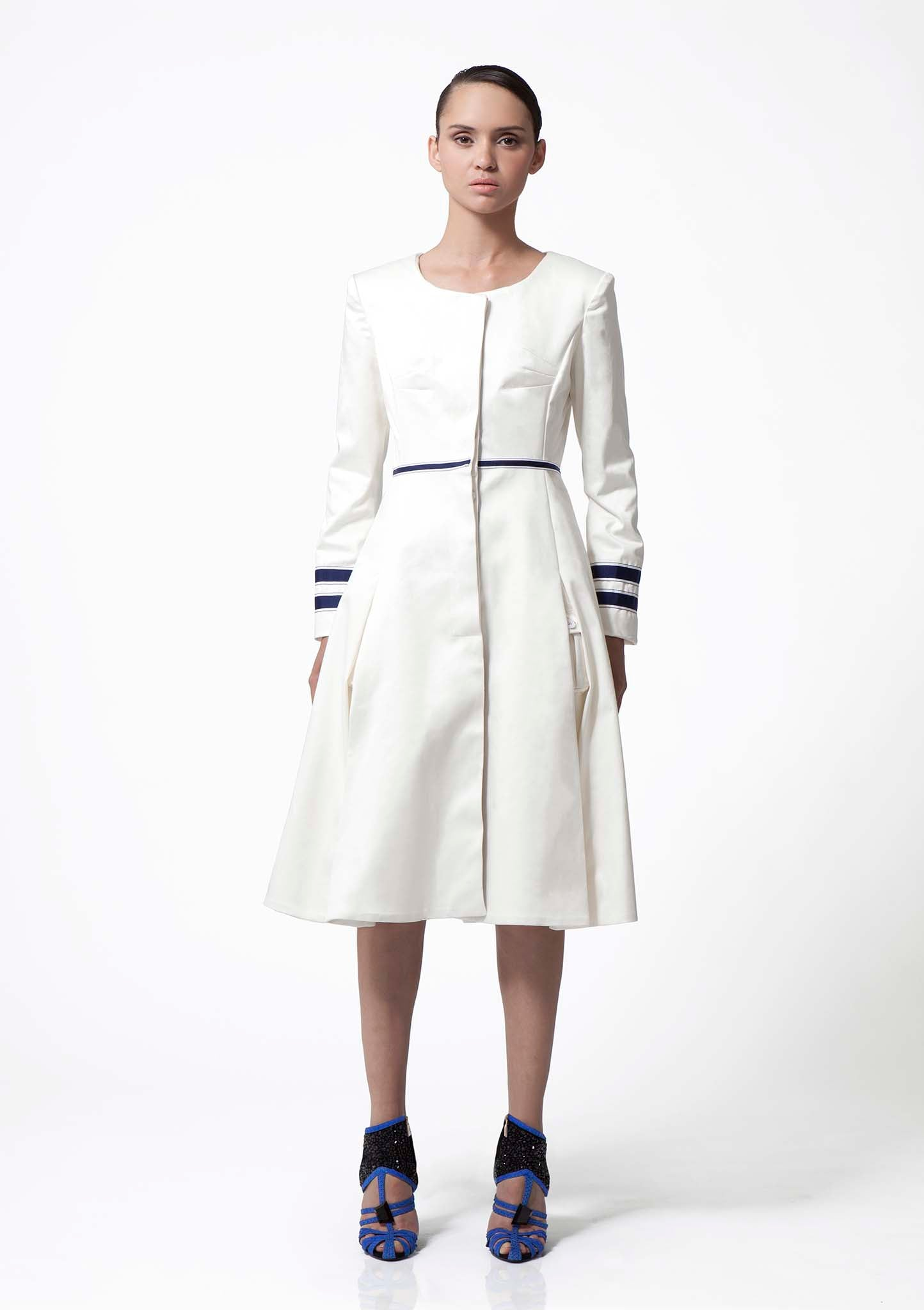 White double cotton coat with round neck and full skirt