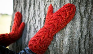 Horseshoe Cable Gauntlet Mittens in Cayenne