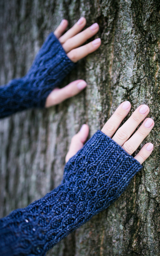 Honeycomb Gauntlet Fingerless Gloves in Slate