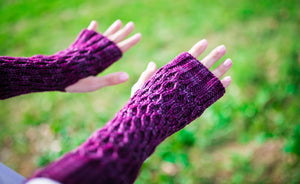 Honeycomb Texting Gloves in Mulberry
