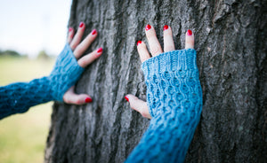 Honeycomb Gauntlet Fingerless Gloves in Hush
