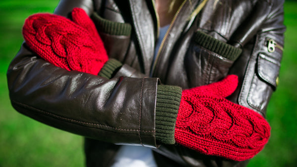 Horseshoe Cable Gauntlet Mittens in Cherry