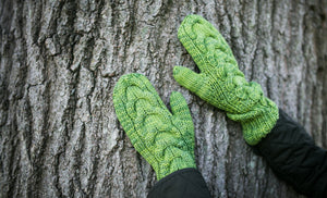 Horseshoe Cable Gauntlet Mittens in Lettuce Wrap