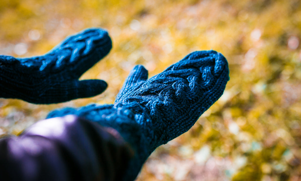 Horseshoe Cable Gauntlet Mittens in Riptide