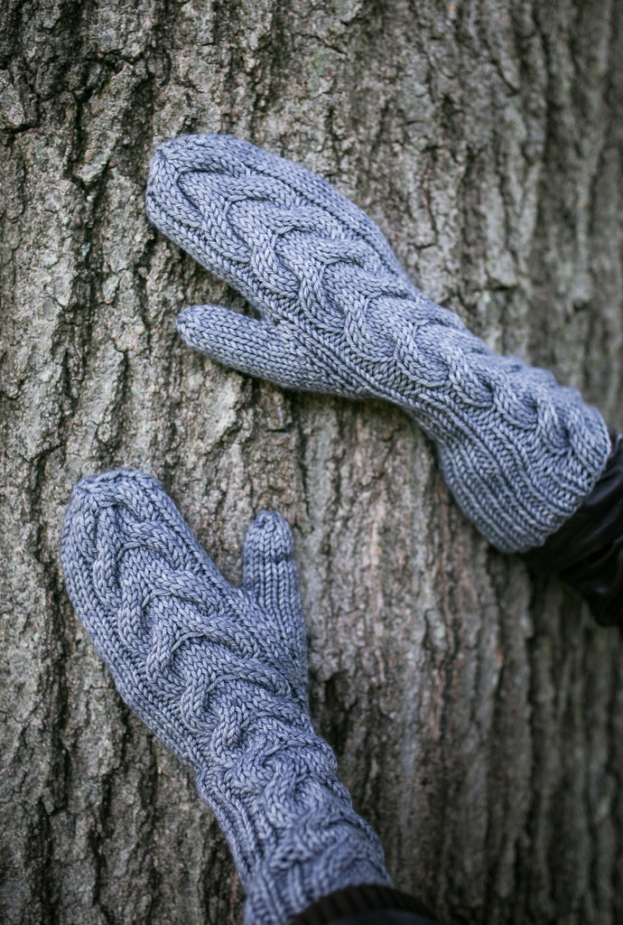 Horseshoe Cable Gauntlet Mittens in Silver
