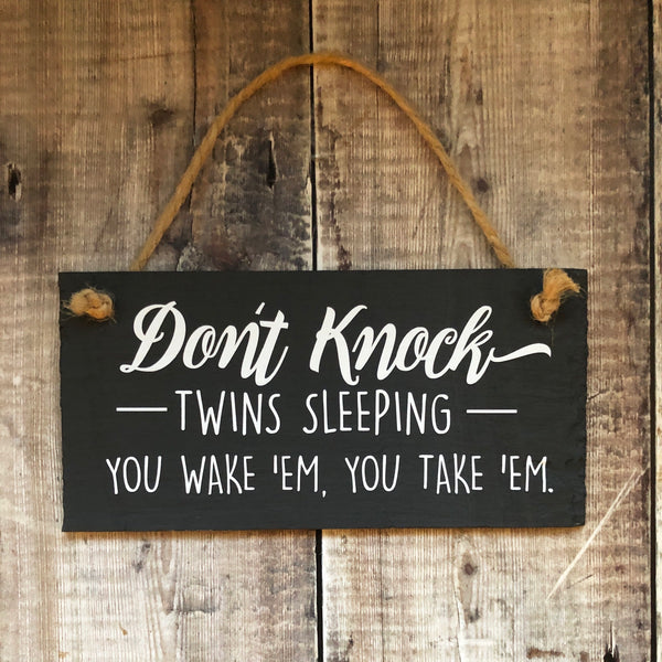 Twin sign 'Don't knock, twins sleeping. Funny slate sign with jute rope - Lilybels