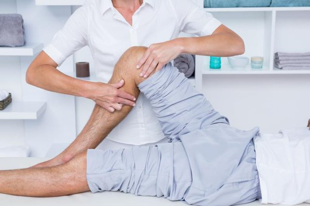 A physical therapist can design an exercise program for knee arthritis patients.