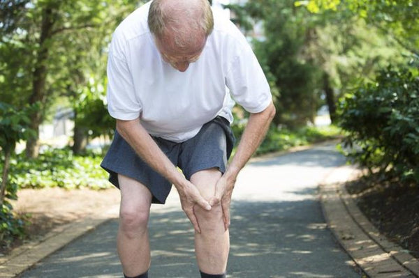 An older man is experiencing knee pain.