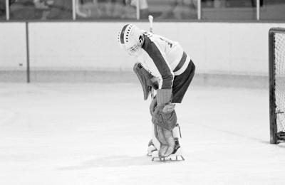 Knee pain during a hockey game can impair your ability to play.