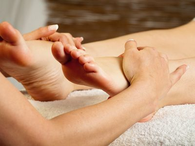 Reflexology treatments are one way to relieve knee pain