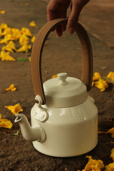 White leather holder kettle. EL24-LWE14015F