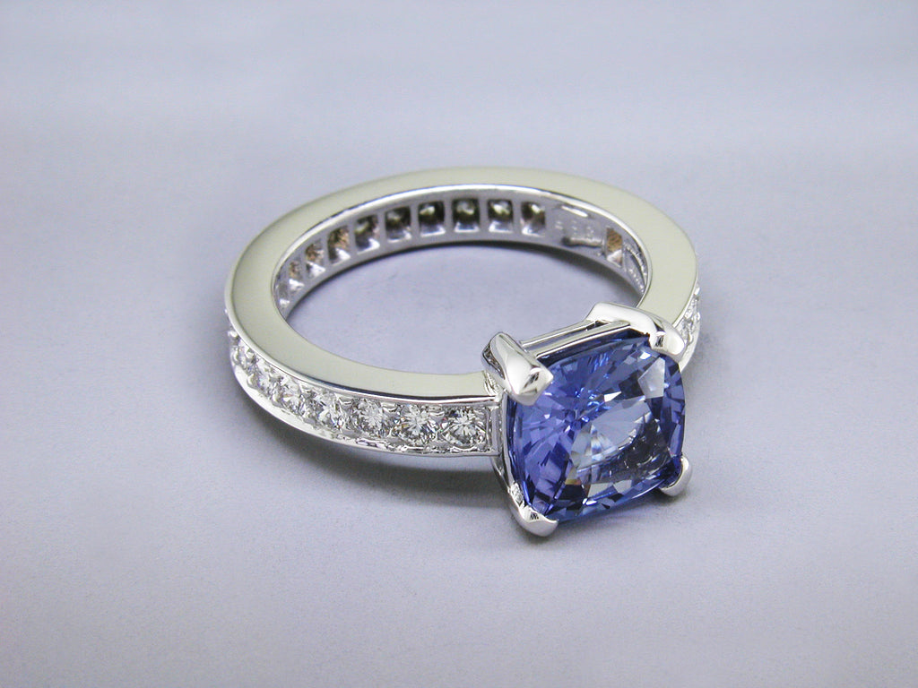 BLUE SAPPHIRE RING WITH DIAMOND PAVE