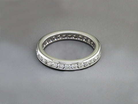 ROUND BRILLIANT DIAMOND & WHITE GOLD ETERNITY RING