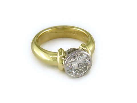ROUND DIAMOND RING WITH SHOULDERS