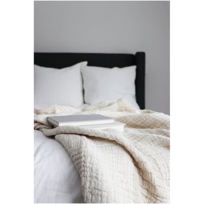 pokoloko-linen-crinkle-cotton-throw-blanket-lifestyle-photo