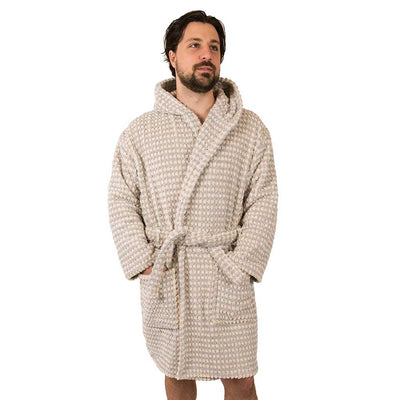 popcorn-plush-bath-robe-light-grey-on-model-facing-front-pokoloko